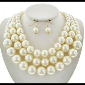 Cream large pearl 3 strand necklace!